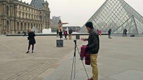 巴黎,法国- 12月, 31 拍照片的亚裔和欧洲游人在天窗,著名法国博物馆附近 普遍 库存照片