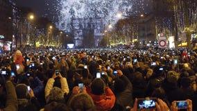 巴黎,法国- 12月, 31 新年读秒和烟花在著名凯旋门,凯旋门上 游人 免版税图库摄影