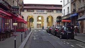 巴黎,法国- 2016年12月, 31日 巴黎人街道和新的苹果计算机马尔什圣日耳曼零售店,第一  库存图片