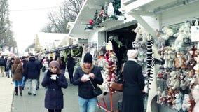 巴黎,法国- 2016年12月, 31日 传统圣诞节和新年市场 专业,纪念品摊位 库存图片