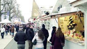 巴黎,法国- 2016年12月, 31日 传统圣诞节和新年市场 快餐,专业,纪念品摊位 免版税库存照片