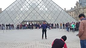 巴黎,法国- 2016年12月, 31日 做照片的游人在天窗,著名法国博物馆和普遍旅游附近 免版税图库摄影