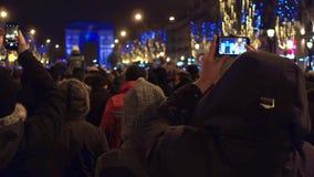 巴黎,法国- 2016年12月, 31日 做照片的游人新年光展示在著名凯旋门,弧de附近 股票录像