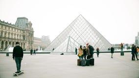 巴黎,法国- 2016年12月, 31日 做selfie的青年人在天窗附近,著名法国博物馆和普遍 图库摄影