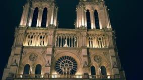 巴黎,法国- 2016年12月, 31日 在晚上被照亮的著名Notre Dame大教堂西部门面  库存图片