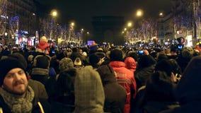 巴黎,法国- 2016年12月, 31日 在著名凯旋门,弧de的拥挤爱丽舍街道和光展示 股票录像