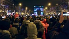 巴黎,法国- 2016年12月, 31日 在著名凯旋门,弧de的拥挤爱丽舍街道和光展示 库存图片