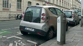 巴黎,法国- 2016年12月, 31日 在街道上被充电的汽车共用模式Autolib电车 现代生态 免版税库存照片