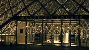 巴黎,法国- 2016年12月, 31日 天窗入口在晚上 著名法国博物馆和普遍的旅游目的地 免版税库存照片