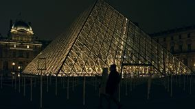 巴黎,法国- 2016年12月, 31日 天窗入口在晚上 著名法国博物馆和普遍的旅游目的地 库存照片