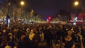 巴黎,法国- 2016年12月, 31日 拥挤不同种族的爱丽舍街道顶上的射击  新年` s伊芙 图库摄影