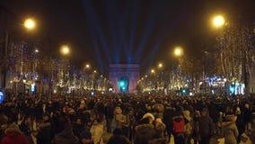 巴黎,法国- 2016年12月, 31日 拥挤不同种族的爱丽舍街道顶上的射击自新年` s前夕的 库存照片