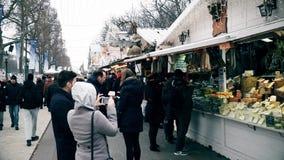 巴黎,法国- 2016年12月, 31日 拥挤圣诞节和新年市场 纪念品,食物摊位 免版税库存照片