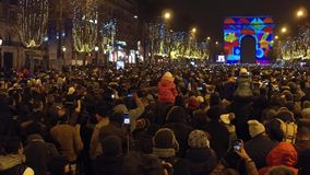 巴黎,法国- 2016年12月, 31日 拥挤爱丽舍街道和光展示顶上的射击在著名凯旋式的 库存照片