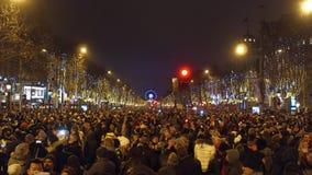 巴黎,法国- 2016年12月, 31日 拥挤爱丽舍街道顶上的射击自新年` s前夕的 库存图片