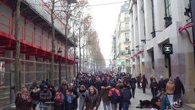 巴黎,法国- 2016年12月, 31日 拥挤著名法国人爱丽舍街道顶上的射击  图库摄影
