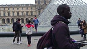 巴黎,法国- 2016年12月, 31日 摆在和做照片的不同种族的游人在天窗,著名法国博物馆附近 库存照片
