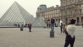 巴黎,法国- 2016年12月, 31日 摆在和做照片的女性游人在天窗,著名法国博物馆附近 库存照片
