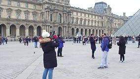 巴黎,法国- 2016年12月, 31日 摆在和做照片的游人在天窗,普遍著名法国的博物馆附近 库存照片