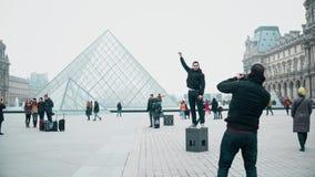 巴黎,法国- 2016年12月, 31日 摆在和做照片的游人在天窗,著名法国博物馆附近 普遍 免版税库存照片