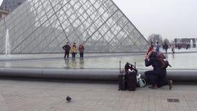 巴黎,法国- 2016年12月, 31日 摆在和做照片的游人在天窗,著名法国博物馆附近 普遍 库存图片