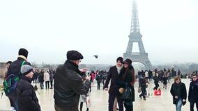巴黎,法国- 2016年12月, 31日 摆在艾菲尔铁塔附近的年轻夫妇在一有雾的天 最普遍的法国人 库存图片