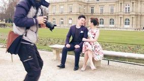 巴黎,法国- 2016年12月, 31日 摆在巴黎人公园的年轻亚洲夫妇 专业婚礼照片射击 免版税库存图片