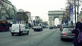 巴黎,法国- 2017年12月, 1日 爱丽舍街道和著名凯旋门,凯旋门 做照片的妇女 免版税库存照片