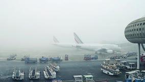 巴黎,法国- 2017年1月, 1日 空中客车在航空器停车处飞行在夏尔・戴高乐机场 有雾的天,困难 图库摄影
