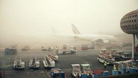 巴黎,法国- 2017年1月, 1日 空中客车在航空器停车处飞行在夏尔・戴高乐机场 有雾的天,温暖的颜色 免版税库存照片
