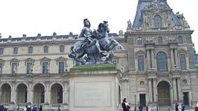 巴黎,法国- 2017年12月, 1日 路易十四国王骑马雕象天窗的 著名法国博物馆和普遍 库存图片