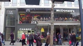 巴黎,法国- 2016年12月, 31日 麦克唐纳在著名法国人爱丽舍街道上的` s餐馆 库存照片