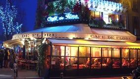 巴黎,法国- 2016年12月, 31日 Famous Cafe de Flore在晚上 普遍的旅游目的地 免版税库存图片