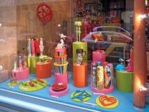巴黎,法国- 2012年10月:五颜六色的商店窗口在巴黎,法国 库存照片
