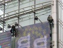 巴黎,法国- 2012年10月:设定一个巨大的广告牌的工作员在巴黎 免版税图库摄影