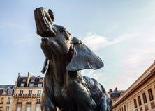 巴黎,法国- 2015年9月02日, :在博物馆D `奥赛前面的大象雕象在巴黎,法国 库存照片