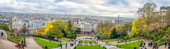 巴黎,法国- 2013年11月27日:与大厦的巴黎都市风景和都市风景在背景中 晚上时间 免版税库存照片