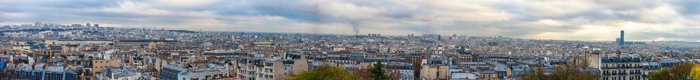 巴黎,法国- 2013年11月27日:与大厦的巴黎都市风景和都市风景在背景中 晚上时间 免版税图库摄影