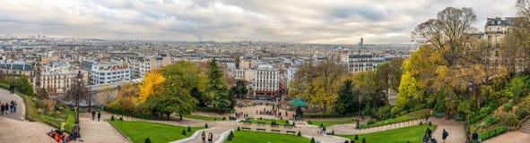 巴黎,法国- 2013年11月27日:与大厦的巴黎都市风景和都市风景在背景中 晚上时间 库存照片