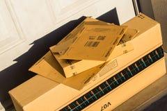 巴黎,法国- 2017年2月08日:亚马逊填装在前面的小包包裹房子的门 亚马逊,是美国电子com 库存照片