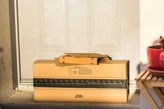 巴黎,法国- 2017年2月08日:亚马逊填装在前面的小包包裹房子的门 亚马逊,是美国电子com 图库摄影