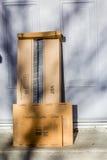 巴黎,法国- 2017年2月08日:亚马逊填装在前面的小包包裹房子的门 亚马逊,是美国电子com 库存图片