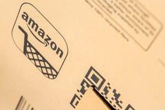 巴黎,法国- 2017年2月08日:亚马逊最初小包包装特写镜头 亚马逊,是美国电子商务和云彩comp 免版税库存照片
