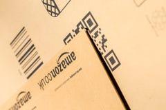 巴黎,法国- 2017年2月08日:亚马逊最初小包包装特写镜头 亚马逊,是美国电子商务和云彩comp 库存照片