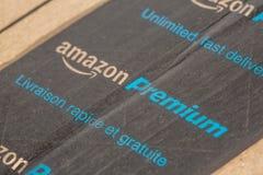 巴黎,法国- 2017年2月08日:亚马逊最初小包包装特写镜头 亚马逊,是美国电子商务和云彩comp 图库摄影