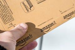 巴黎,法国- 2017年2月08日:亚马逊最初小包包裹的交付在前面的房子的门 亚马逊,是美国人 库存图片