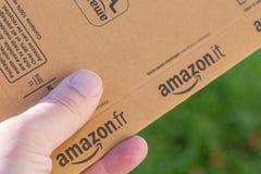 巴黎,法国- 2017年2月08日:亚马逊最初小包包裹的交付在前面的房子的门 亚马逊,是美国人 免版税库存照片