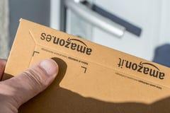 巴黎,法国- 2017年2月08日:亚马逊最初小包包裹的交付在前面的房子的门 亚马逊,是美国人 库存照片