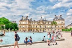 巴黎,法国- 2016年7月08日:儿童在fou的浮游物小船 免版税库存照片