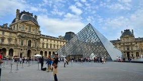 巴黎,法国- 2015年5月13日:参观罗浮宫的游人在巴黎 股票录像
